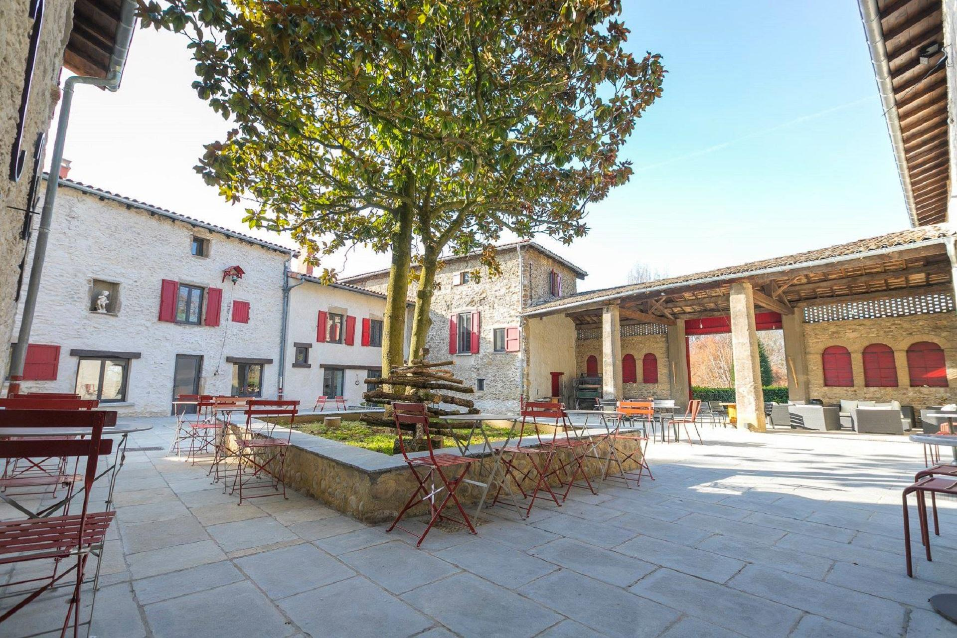 domaine-de-gorneton-lyon-vienne-incentive-reunions-patio-seminaires-de-caractere