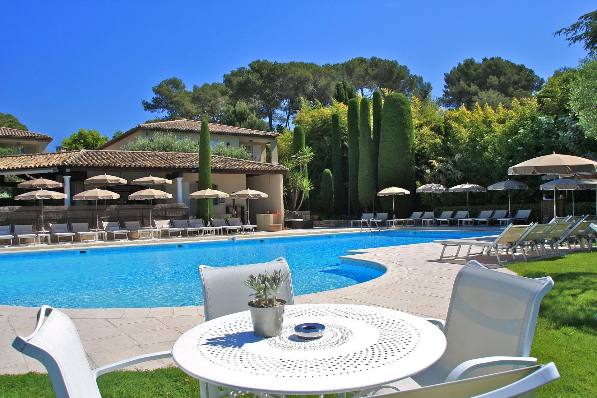 hotel-de-mougins-cote-dazur-cannes-piscine 2-seminaires-de-caractere