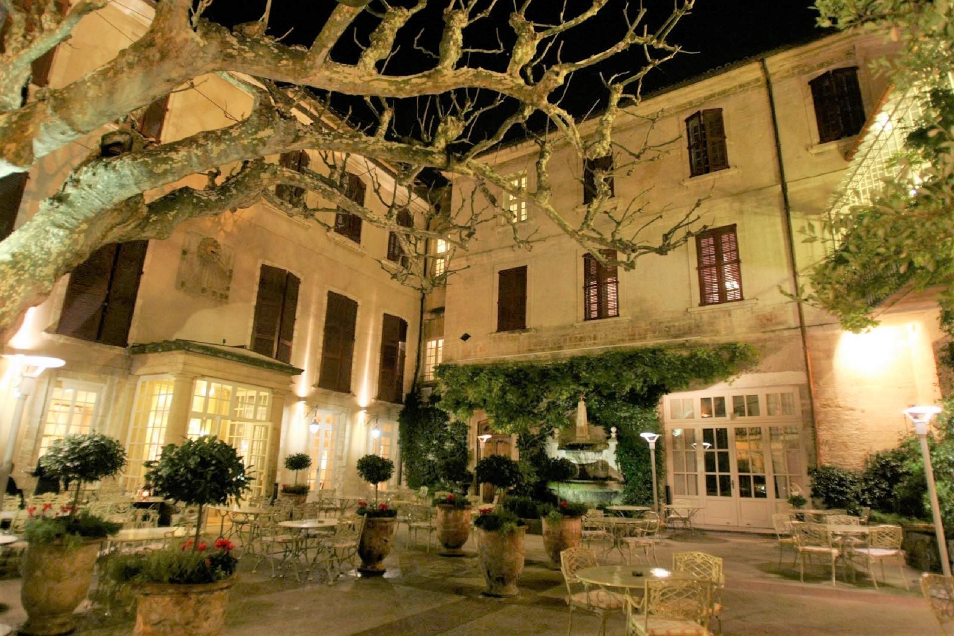 hotel-europe-avignon-provence-luberon-sud-cour-de-nuit-seminaires-de-caractere