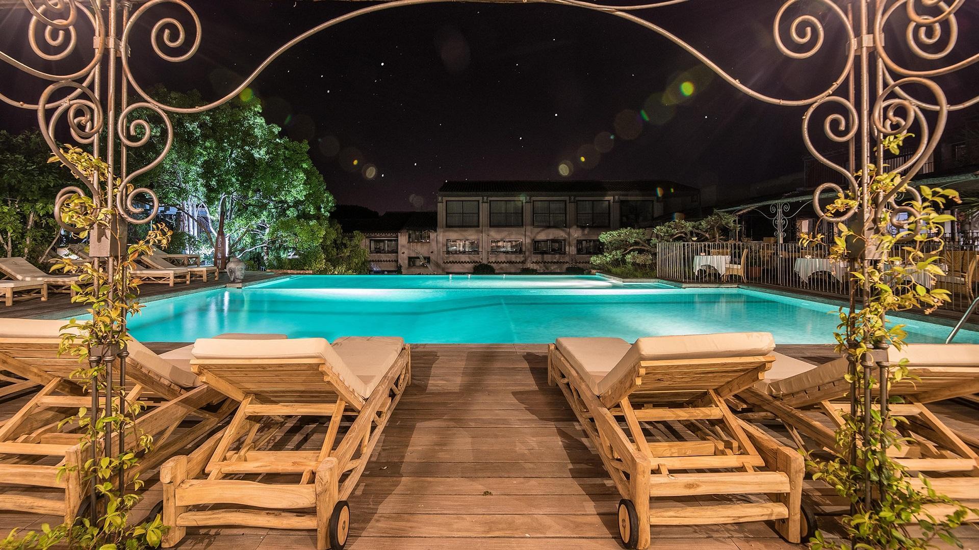 hotel-roi-theodore-et-spa-porto-vecchio-seminaires-de-caractere-piscine-nuit
