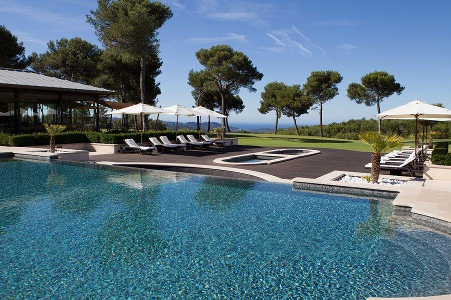 hotel-spa-du-castellet-piscine-exterieure