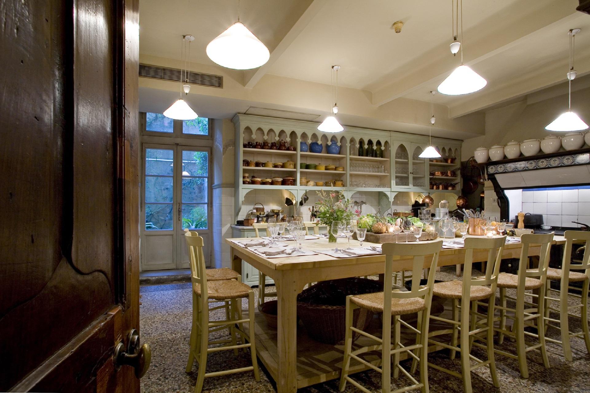 la-mirande-avignon-provence-luberon-reunion-seminaires-de-caractere-table-haute