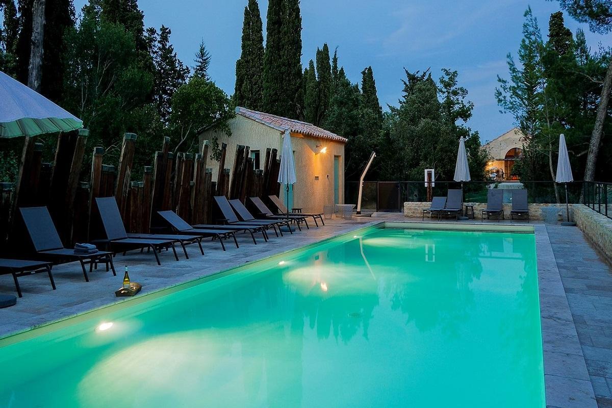 les-cabanes-dans-les-bois-carcassonne-occitanie-seminaires-insolites-piscine