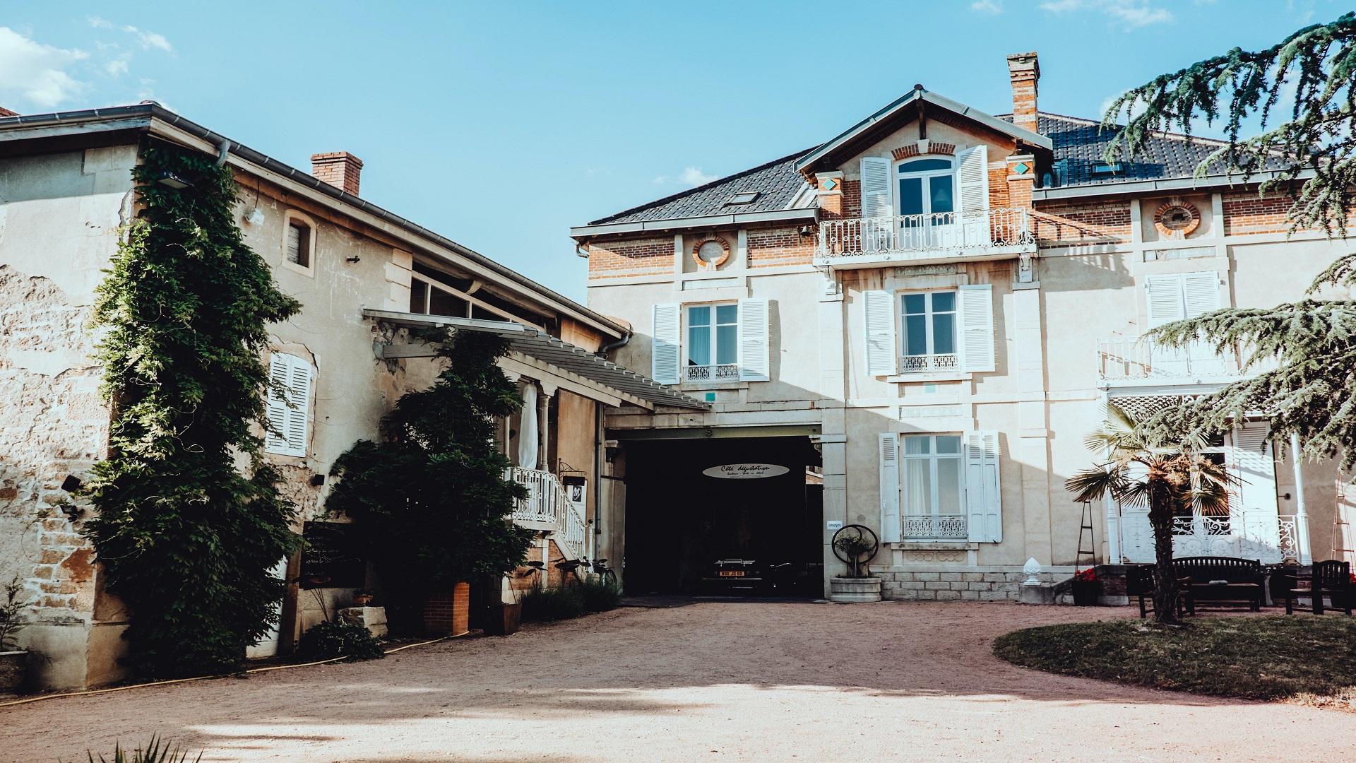 les-maisons-du-bonheur-fleurie-beaujolais-macon-lyon-cour