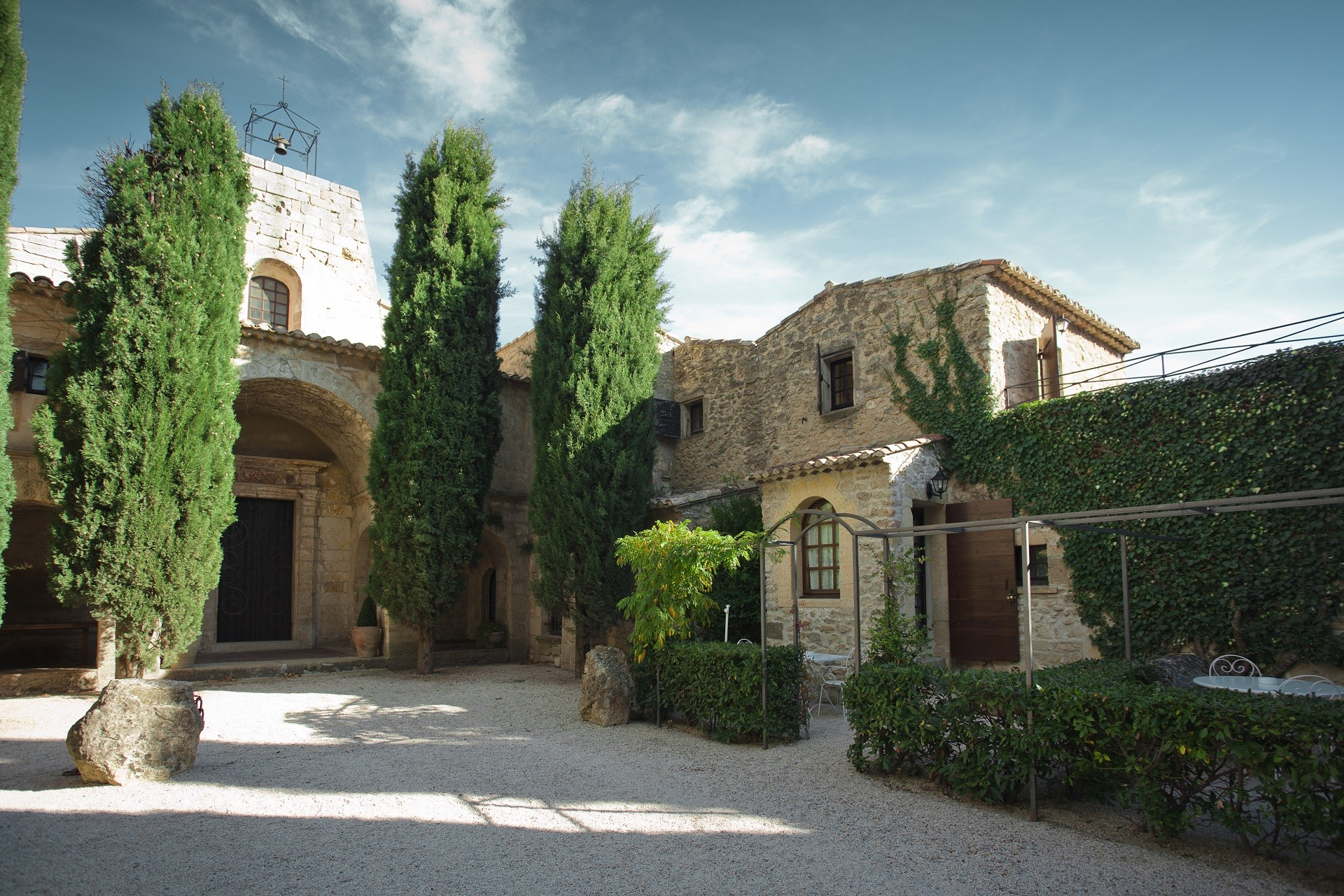 Abbaye-de-Sainte-Croix-provence-luberon-patio-Seminaires-de-caractere