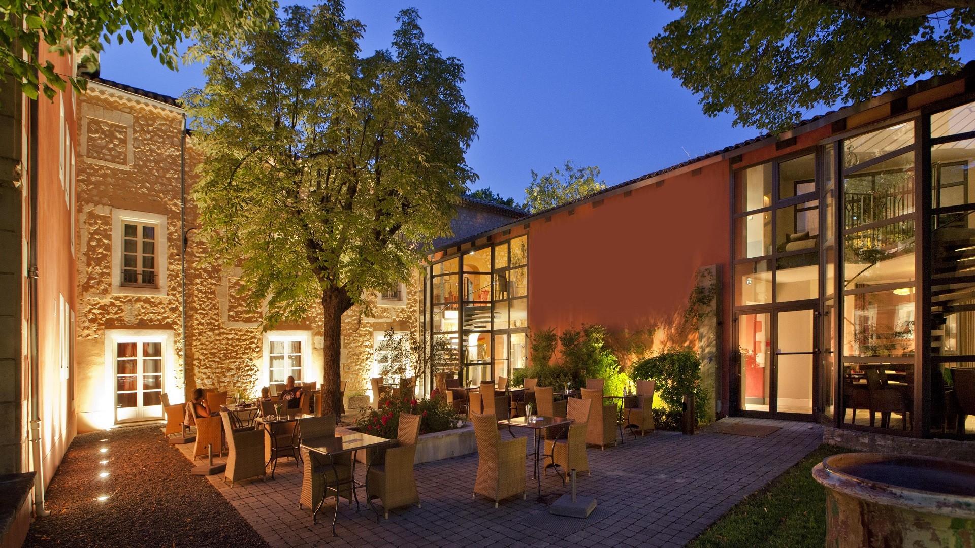 villa-augusta-drome-avignon-seminaires-de-caractere-patio