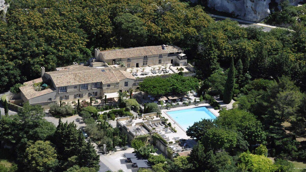 baumaniere-alpilles-saint-remy-de-provence-avignon-carrieres-de-lumieres-aerienne
