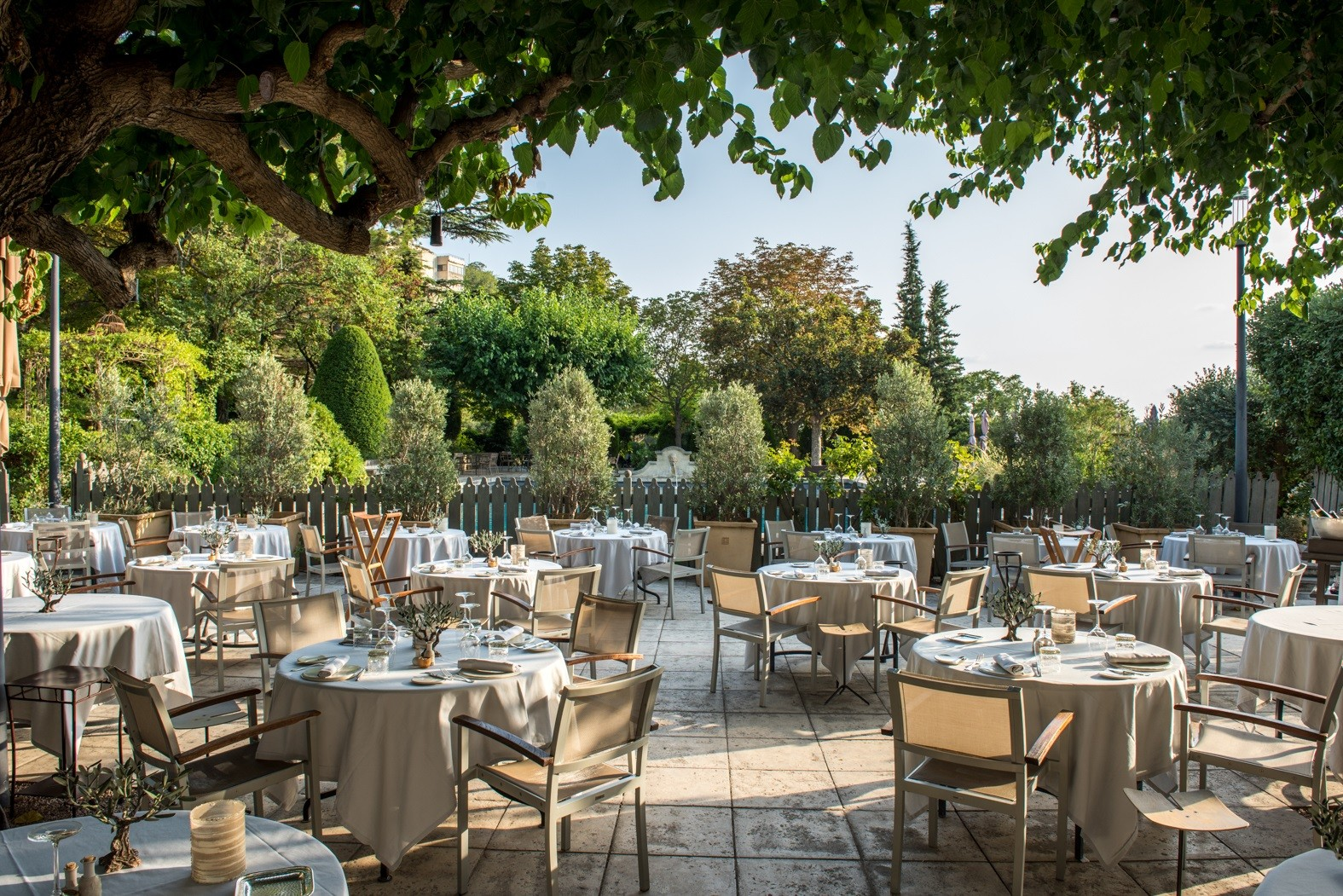 baumaniere-terrasse-saint-remy-de-provence-avignon-carrieres-de-lumieres